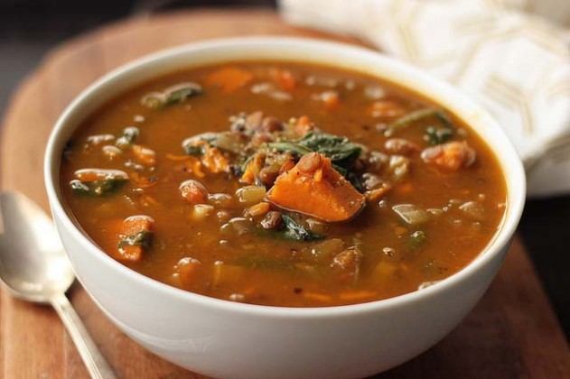Healthy slow cooker soup recipe with spinach, Lentil and Sweet Potatoes by Tasty Yummies