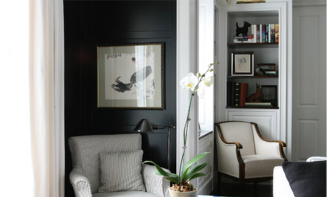 Black paint in living room by LDa Architecture